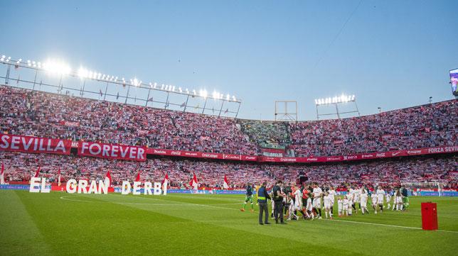Ambiente espectacular antes del inicio del Sevilla-Betis (J. J. Úbeda)