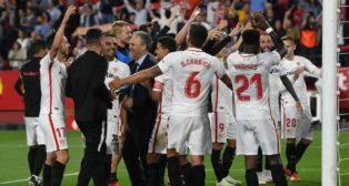 Caparrós y sus jugadores celebran la victoria en el Sevilla - Betis (Foto: Juan José Úbeda)