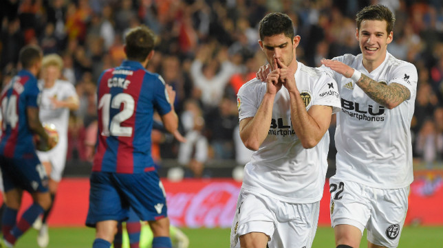 Guedes celebra con Santi Mina su gol en el Valencia-Levante (AFP)