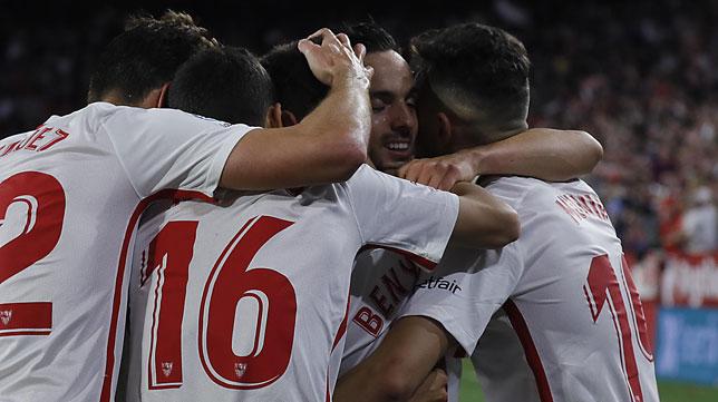 Varios jugadores del Sevilla celebran uno de los goles en el derbi (Raúl Doblado)