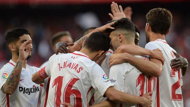 Los jugadores del Sevilla celebran uno de los goles en el Sevilla-Rayo (AFP)