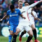 Kjaer pelea un balón con Ángel en el Getafe-Sevilla (AFP)