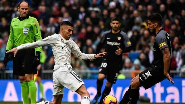 Mateu Lahoz, en enero, observa el lance del juego entre Carriço y Ceballos
