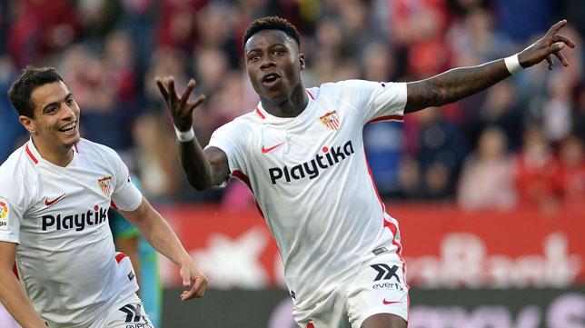 Promes celebra su gol en el Sevilla-Rayo (Foto: AFP)