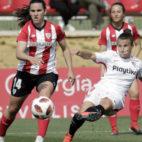 La sevillista Raquel Pinel realiza un remate en el Sevilla FC Femenino - Athletic (Foto: Juan Flores)