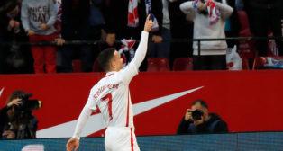 Roque Mesa celebra el 1-0 en el Sevilla-Alavés (Foto: J. M. Serrano).