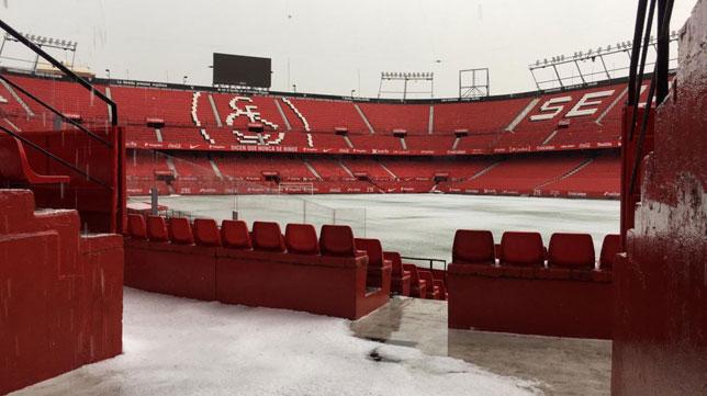 El Sánchez-Pizjuán, cubierto completamente por una capa de granizo tras la tormenta (Foto: Sevilla FC)