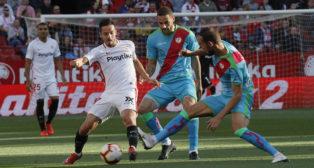 Ben Yedder, ante Mario Suárez en el partido (Foto: Raúl Doblado)