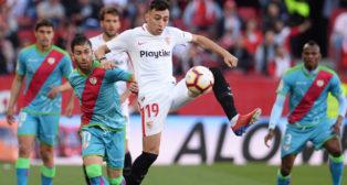 Munir intenta controlar el balón en el Sevilla-Rayo (AFP)
