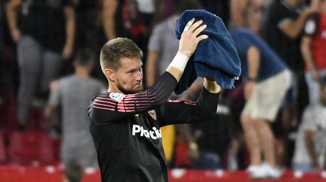 Vaclik agradece a la afición el apoyo durante un partido (Twitter: Tomas Vaclik)