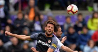 Franco Vázquez salta con Kiko Olivas durante el Valladolid-Sevilla (Foto: LaLiga).
