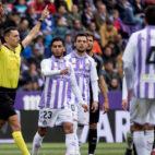 Sánchez Martínez hace la señal del VAR para anunciar que va a revisar la jugada del gol anulado a Ben Yedder (Foto: EFE).
