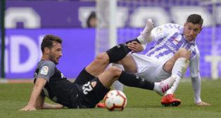 Franco Vázquez y Anuar luchan desde el suelo por un balón en el Valladolid-Sevilla (Foto: LaLiga).