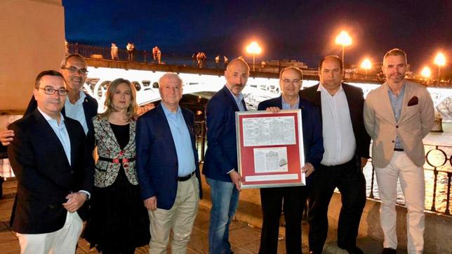 """Entrega del artículo del """"Glasgow Evening Post"""" a la directiva del Athletic de Bilbao (Foto: Sevilla FC)"""