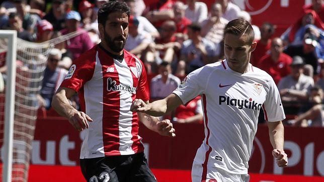 Raúl García presiona a Rog durante el Sevilla-Athletic (Foto: Manuel Gómez).