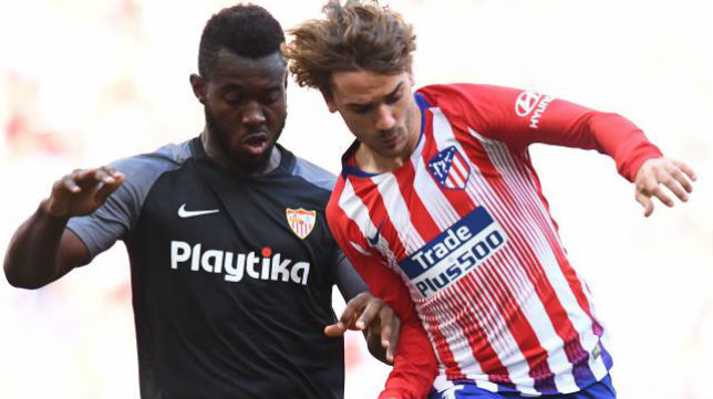 Gnagnon defiende a Griezmann en el Atlético - Sevilla (Foto: AFP)