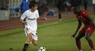 Bryan Gil encara a un rival durante el encuentro del Sevilla en Tanzania ante el Simba (Foto: Sevilla FC).