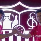 Bryan Gil y Jesús Navas posan ante el escudo del Sevilla FC. Foto: Sevilla FC