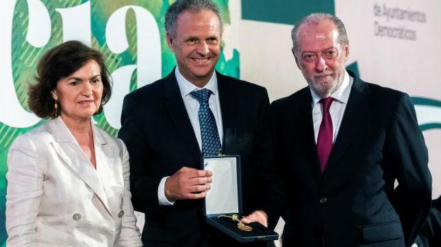 La vicepresidenta del Gobierno en funciones, Carmen Calvo y el presidente de la Diputación de Sevilla, Fernando Rodríguez Villalobos (d), junto al premiado y exentrenador del Sevilla FC, Joaquín Caparrós (c)