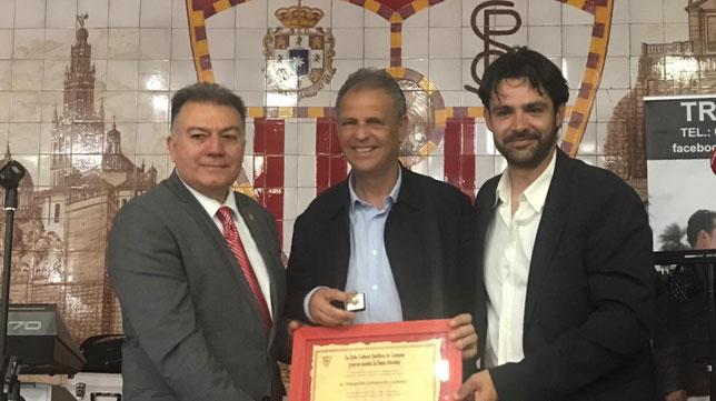 Joaquín Caparrós recibe el reconocimiento de la PS de Carmona (SFC)