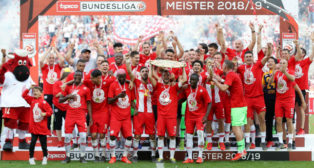 Los jugadores del Red Bull Salzburgo celebraron hoy el campeonato de la Bundesliga austriaca