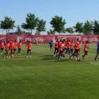 La plantilla sevillista se ejercita en la ciudad deportiva