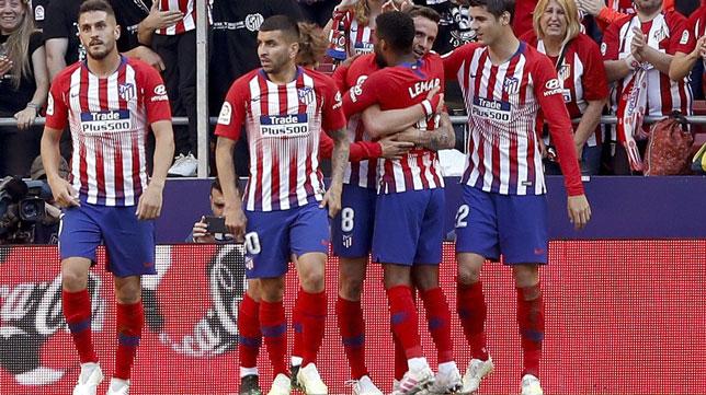 Varios jugadores del Atlético celebran el gol logrado ante el Valladolid (Foto: EFE)