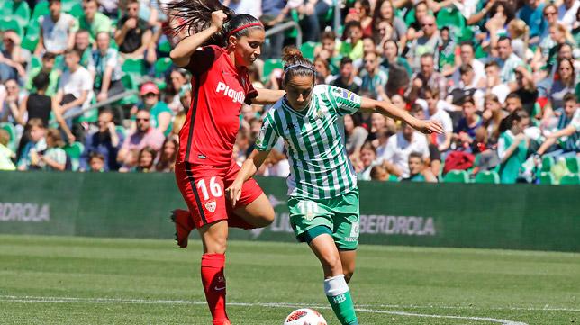 Karen Araya disputa un balón con Virgy en el derbi (Foto: RAÚL DOBLADO)