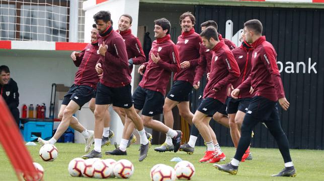 Los jugadores del Athletic, durante el último entrenamiento antes de viajar a Sevilla (Foto: EFE)
