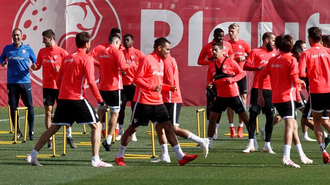 Mercado, durante un entrenamiento del Sevilla FC ( Foto: Manu Gómez)