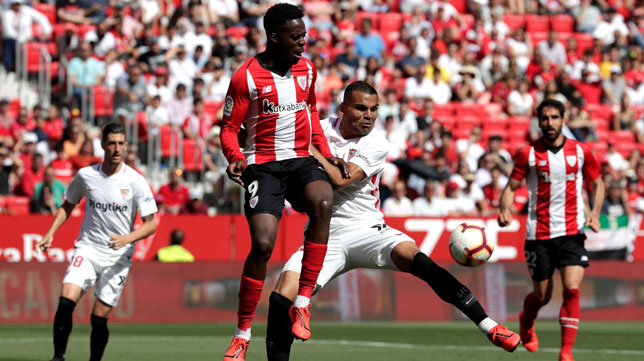 Mercado, con Williams, en un lance del Sevilla-Athletic (EFE)
