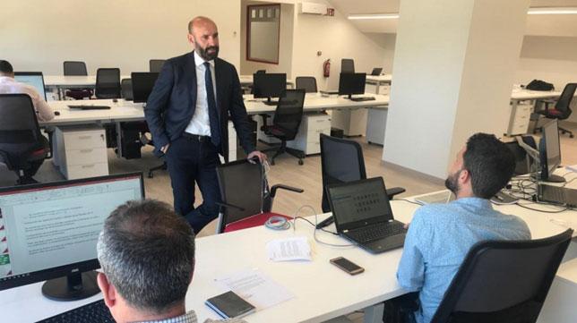 Monchi conversa con un compañero en las nuevas oficinas de la ciudad deportiva (SFC)