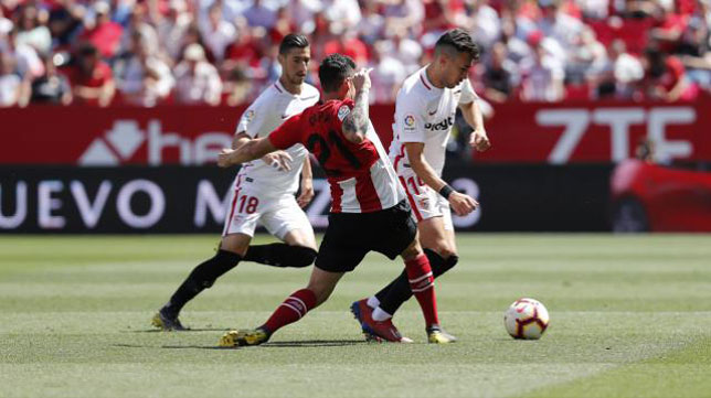 Munir salva la presión de Capa durante el Sevilla-Athletic (Foto: LaLiga).