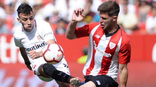 Munir remata ante Íñigo Martínez en el Sevilla-Athletic (Foto: AFP).