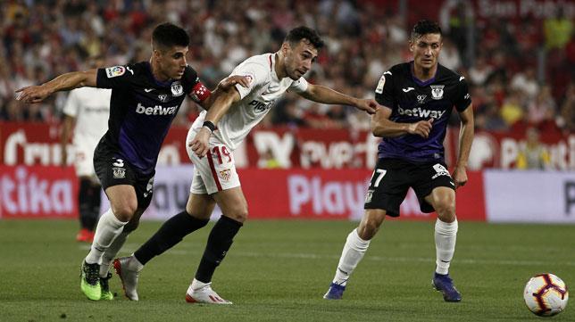 Munir y Bustinza en el Sevilla 0-3 Leganés (Foto: Manuel Gómez/ABC)