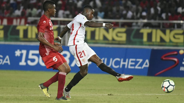 Promes dispara en el amistoso del Sevilla ante el Simba en Tanzania (Foto: SFC).
