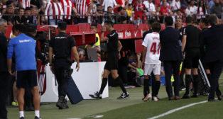 Sánchez-Martínez revisa el penalti señalado en un principio por mano de Mercado en el Sevilla-Athletic (Foto: Manuel Gómez)