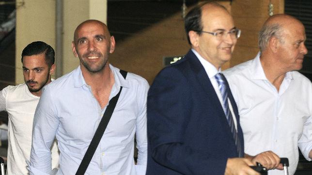 Sarabia, el 9 de junio de 2016, a su llegada a Sevilla con Ginés Carvajal, José Castro y Monchi