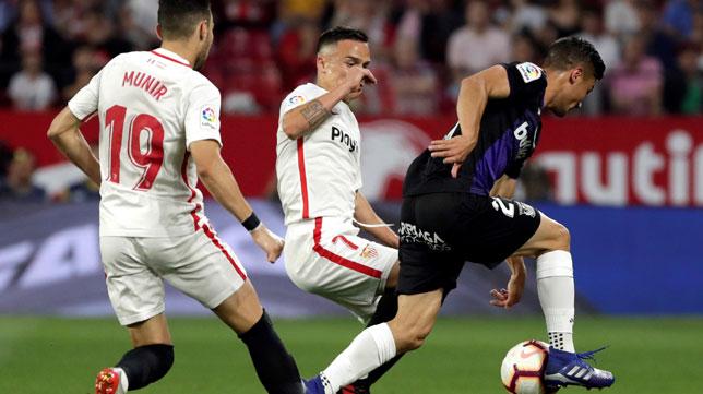 Munir y Roque Mesa, en un lance del Sevilla-Leganés (EFE)