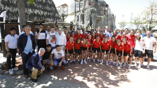 Las primeras plantillas masculina y femenina del Sevilla FC se realizaron hoy una foto de familia en la gran Fiesta Escolar de 'Sácale partido al cole', en Isla Mágica (Foto: Raúl Doblado)