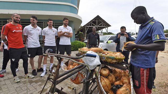 Jugadores del Sevilla dan un paseo por Tanzania antes del encuentro (Foto: Sevilla FC)