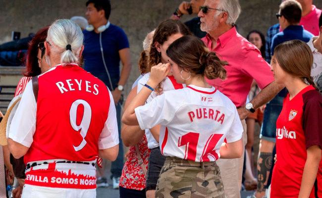 Aficionados con la camiseta de Reyes y Puerta (Foto: EFE)