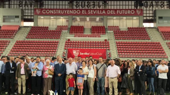 El Estadio Jesús Navas, en la ciudad deportiva, acogió el homenaje sorpresa a Bernet