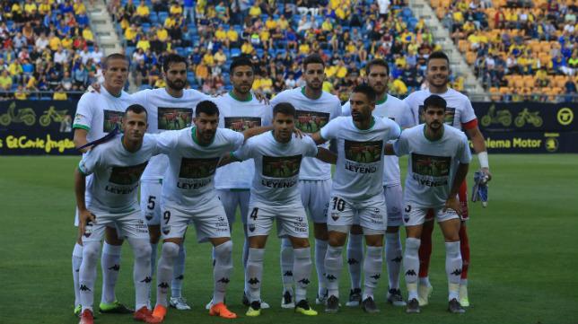 El once del Extremadura en el Carranza, con la camiseta en recuerdo de Reyes