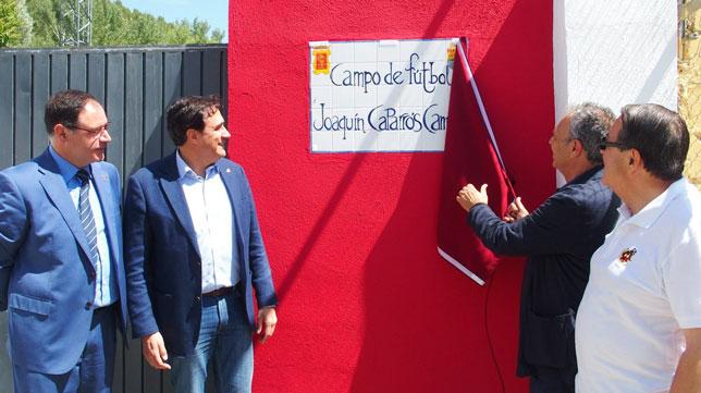 Joaquín Caparrós descubre la placa con su nombre en el campo de 'La Beneficencia' de Cuenca (Foto: @aytocuenca)