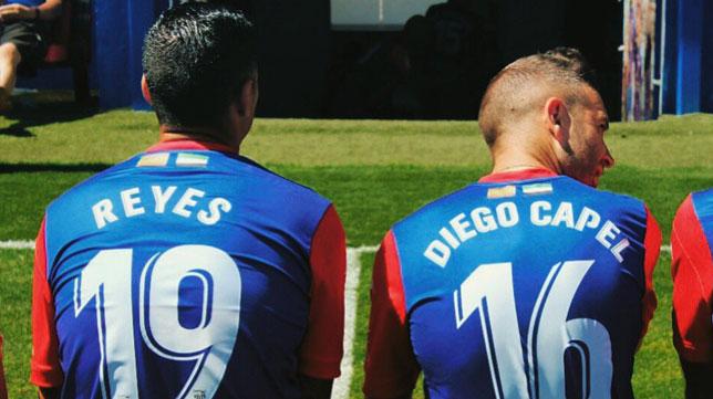 Reyes y Capel, con la camiseta de la UD Extremadura (Foto: Twitter)