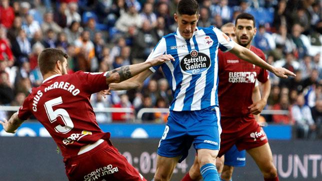 Carlos Fernández trata de regatear en el Deportivo-Córdoba jugado en Riazor (Foto: EFE)