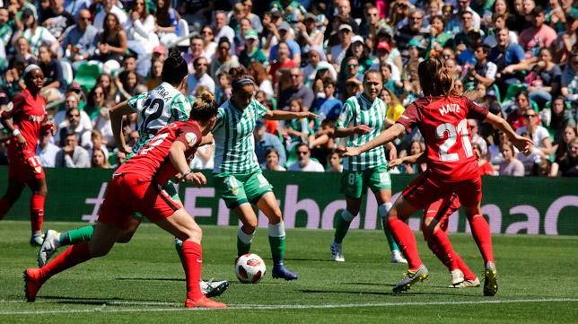 Lance del Betis-Sevilla de la Liga Iberdrola, disputado el pasado mes de abril en el Villamarín (Foto: RAÚL DOBLADO)