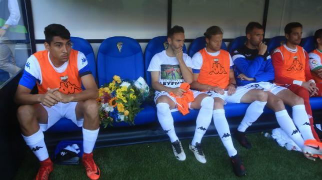 Los jugadores colocaron un ramo de flores en el banquillo recordando a Reyes