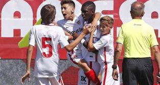 Ibrahima es felicitado por sus compañeros en LaLiga Promises (Foto: SevillaFC)